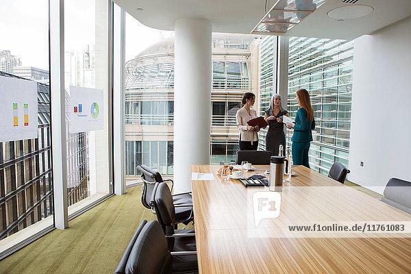 Geschäftsfrauen sprechen im Sitzungssaal  London  UK