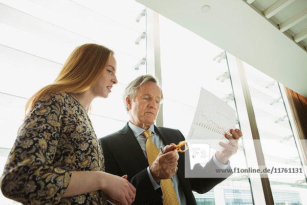 Geschäftsmann und Geschäftsfrau lesen und analysieren Bericht Geschäftsmann und Geschäftsfrau lesen und analysieren Bericht