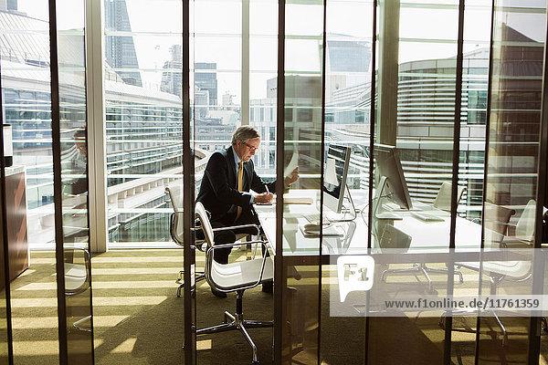 Geschäftsmann liest und analysiert Bericht  London  UK Geschäftsmann liest und analysiert Bericht, London, UK
