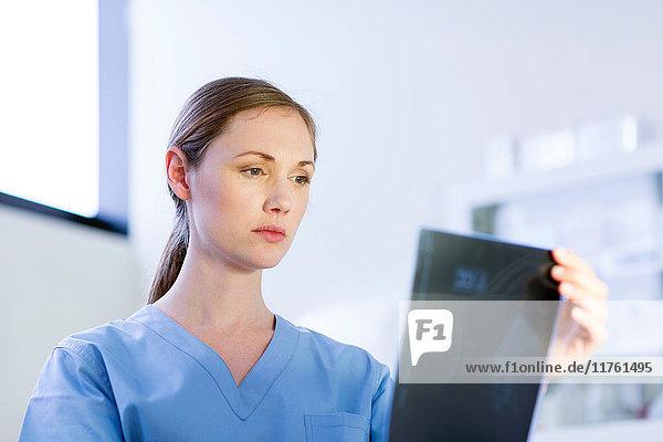 Arzt schaut auf Röntgenbild