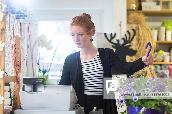 Florist im Geschäft