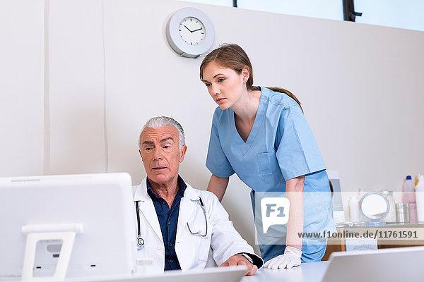 Ärzte schauen auf den Computer