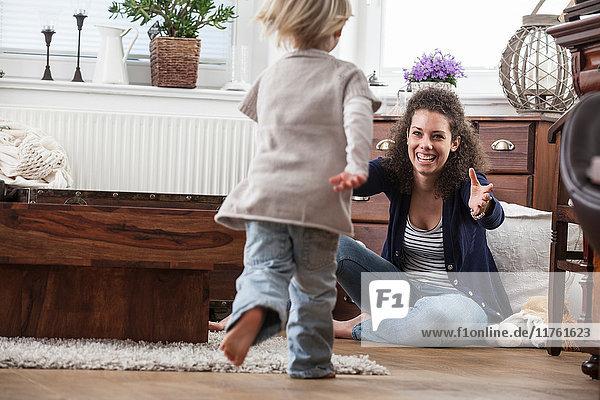 Mutter und Tochter spielen auf dem Boden