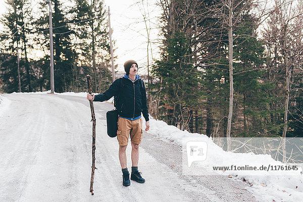 Männlicher Wanderer steht auf Waldweg  Monte San Primo  Italien