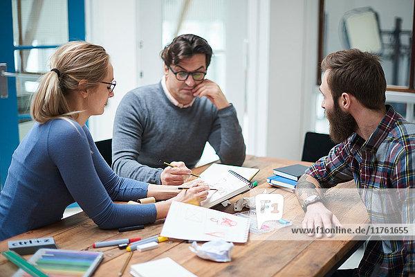 Design-Team mit Brainstorming-Sitzung am Schreibtisch des Design-Studios