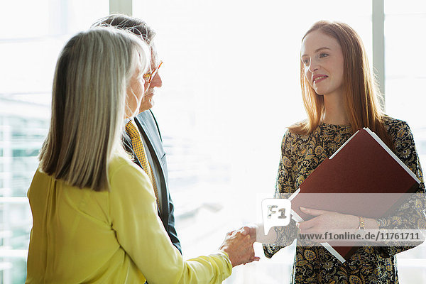 Geschäftskollegen stellen sich vor Geschäftskollegen stellen sich vor