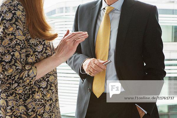 Geschäftsmann und Geschäftsfrau im Gespräch Geschäftsmann und Geschäftsfrau im Gespräch