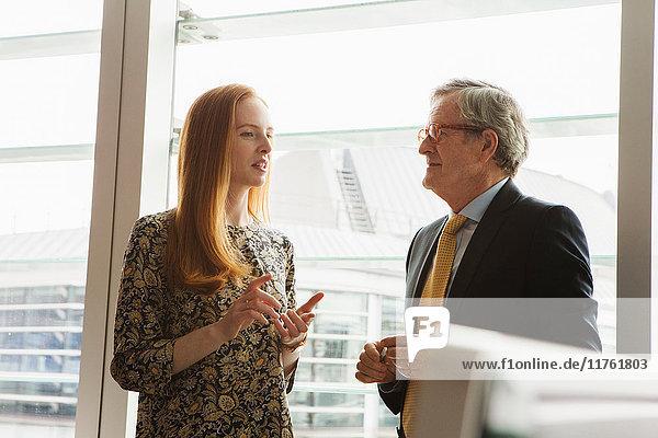 Geschäftsmann und Geschäftsfrau im Gespräch