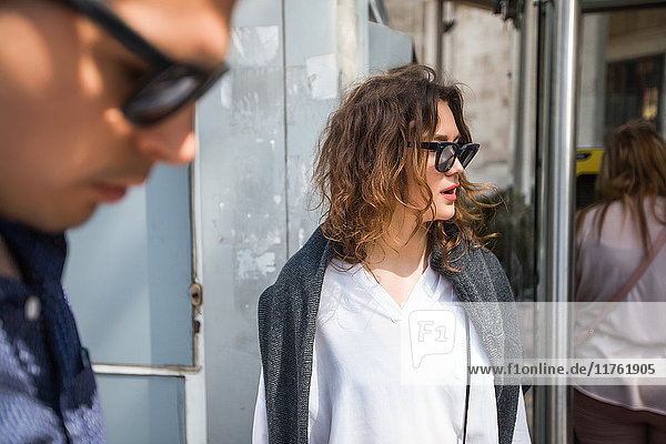 Junge Frau wartet an der städtischen Bushaltestelle  Beyazit  Türkei