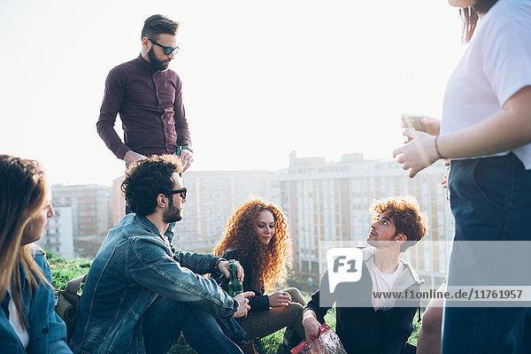 Gruppe von Freunden trinkt gemeinsam auf der Dachparty