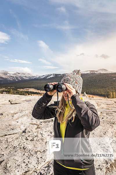 Frau schaut durch ein Fernglas  Yosemite National Park  Kalifornien  USA