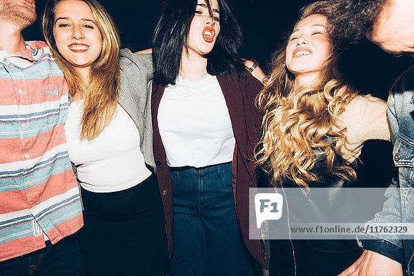 Porträt einer Gruppe von Freunden bei Nacht  lächelnd