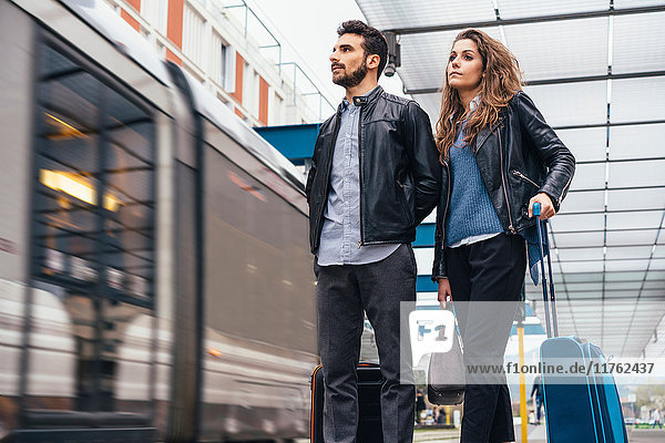 Ehepaar wartet auf dem Bahnsteig der Straßenbahn  Florenz  Italien