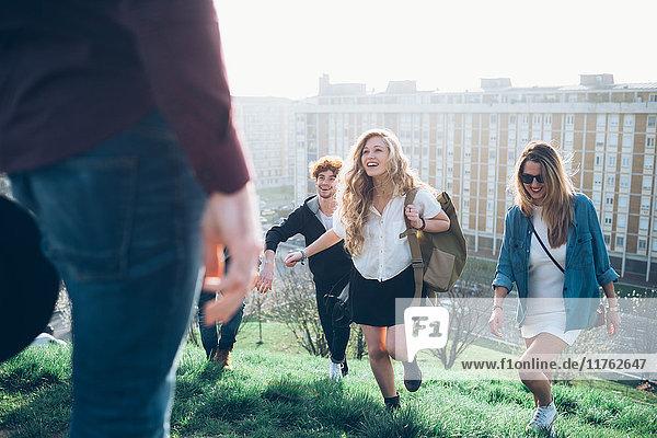 Gruppe von Freunden rennt auf den Hügel auf dem Dach Party