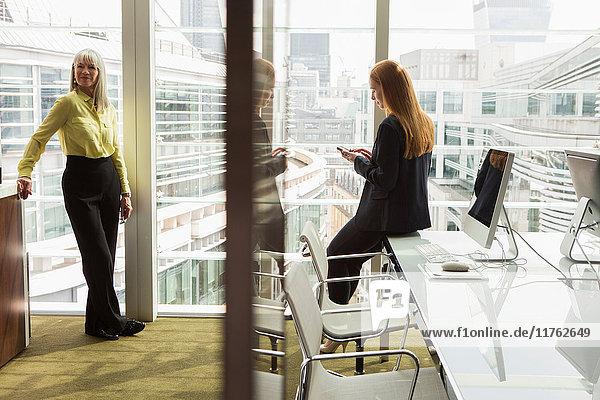 Geschäftsfrauen im Amt  London  UK Geschäftsfrauen im Amt, London, UK
