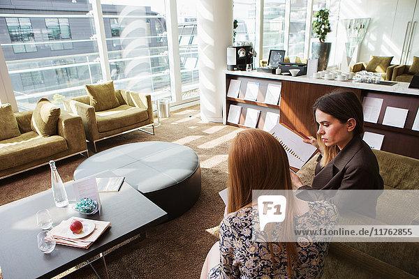 Treffen von Geschäftsfrauen auf einem Bürosofa  London  UK