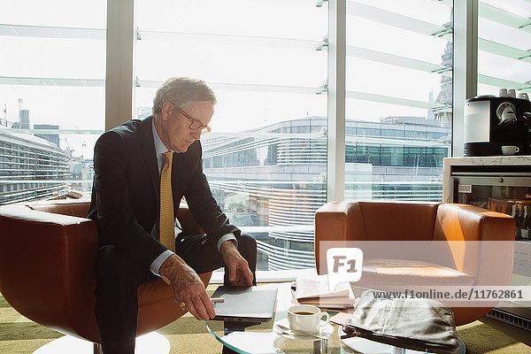 Geschäftsmann im Kaffee-Bereich im Büro  London  UK Geschäftsmann im Kaffee-Bereich im Büro, London, UK