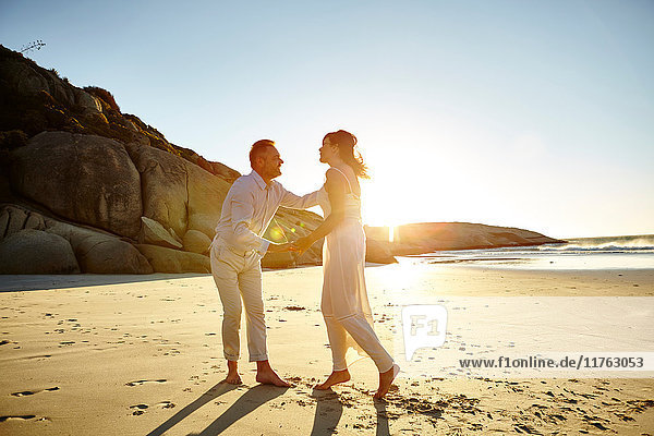 Erwachsenes Paar am Strand  stehend von Angesicht zu Angesicht  Kapstadt  Südafrika