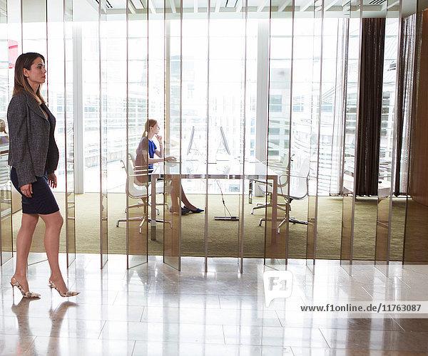 Im Büro arbeitende Geschäftsfrauen  London  UK Im Büro arbeitende Geschäftsfrauen, London, UK