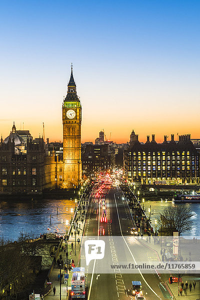 Big Ben (the Elizabeth Tower)  and busy traffic on Westminster Bridge at dusk  London  England  United Kingdom  Europe