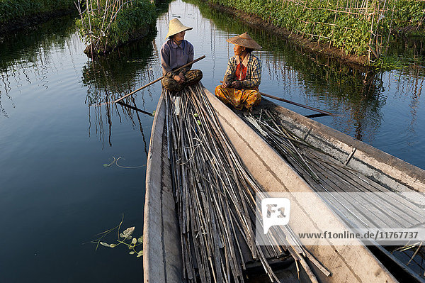 Women take a break while working in the floating gardens on Inle Lake  Shan State  Myanmar (Burma)  Asia