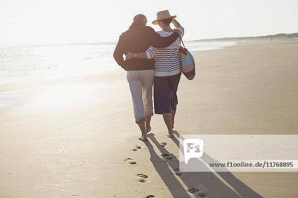 Umarmung und Spaziergänge am sonnigen Strand