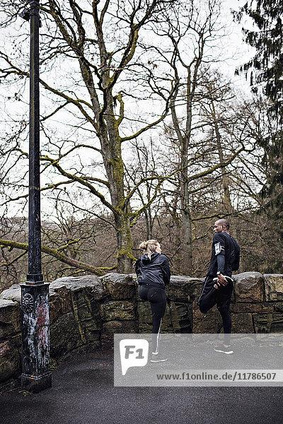 Volle Länge der männlichen und weiblichen Athleten  die Dehnungsübungen an der umgebenden Wand durchführen.