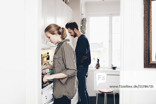 Seitenansicht des Paares Kochen in der heimischen Küche