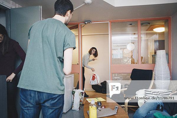 Freunde im Studentenwohnheimzimmer
