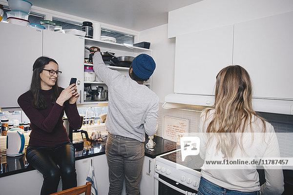 Freunde genießen in der Küche im Studentenwohnheim