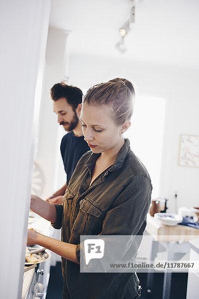 Neigungsaufnahme eines Paares  das zu Hause in der Küche arbeitet.