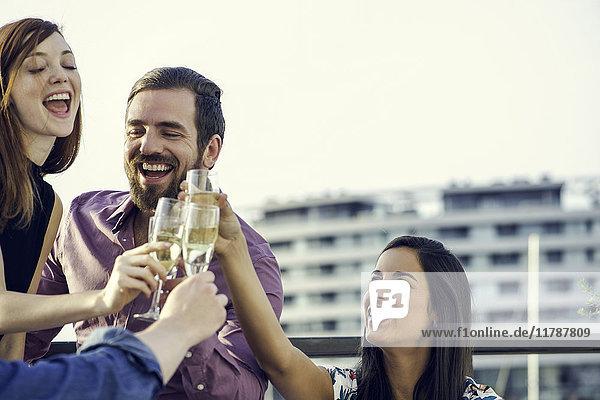 Freunde feiern mit Champagner im Freien
