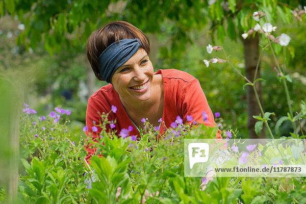 Frau lächelt im Garten