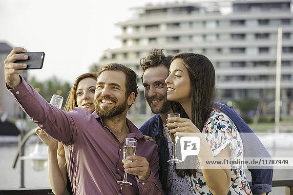 Freunde posieren für Selfie