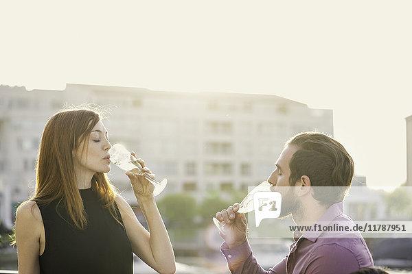 Ein Paar trinkt Champagner im Freien.