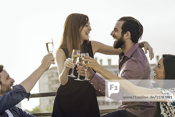 Freunde trinken gemeinsam Champagner im Freien.