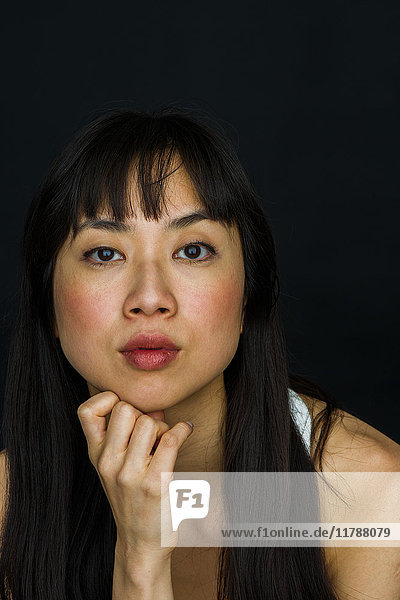 Junge Frau mit Hand unter dem Kinn,  Portrait