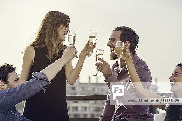 Freundeskreis entspannt sich bei Wein im Freien