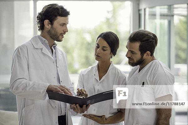 Gesundheitsexperten arbeiten zusammen