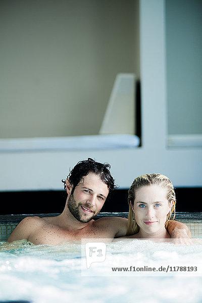 Paar entspannt zusammen im Whirlpool  Portrait