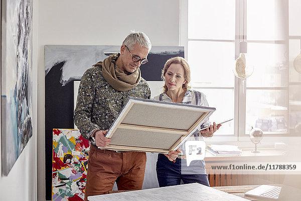 Maler  die die Malerei im Atelier untersuchen