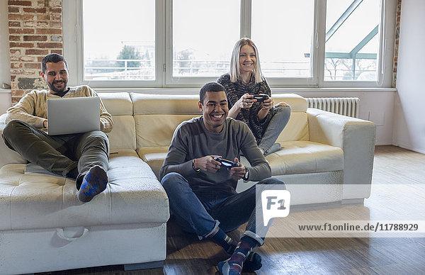 Freunde spielen Computerspiel zu Hause