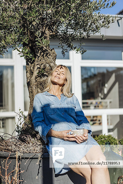 Frau entspannt sich im Garten