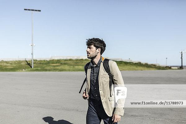 Junger Mann mit Rucksack im Freien