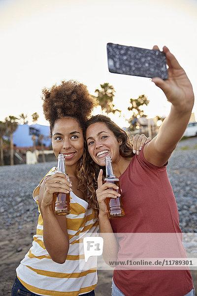 Zwei beste Freunde  die Selfie am Strand mitnehmen.