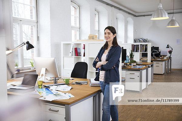 Porträt einer selbstbewussten Frau im Amt