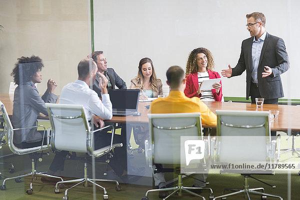 Geschäftsmann leitet eine Sitzung im Sitzungssaal