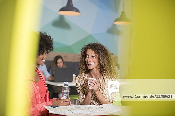 Zwei Frauen sprechen in der Bürolounge