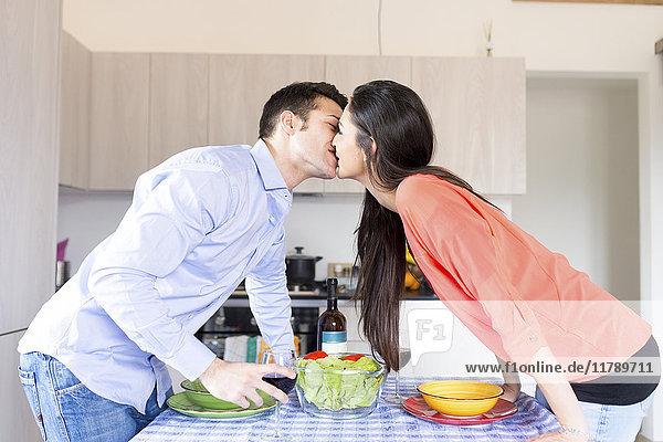 Paarküssen in der Küche