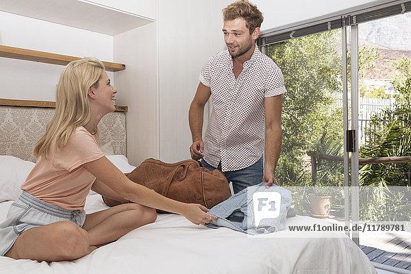 Junges Paar Packsack im Schlafzimmer